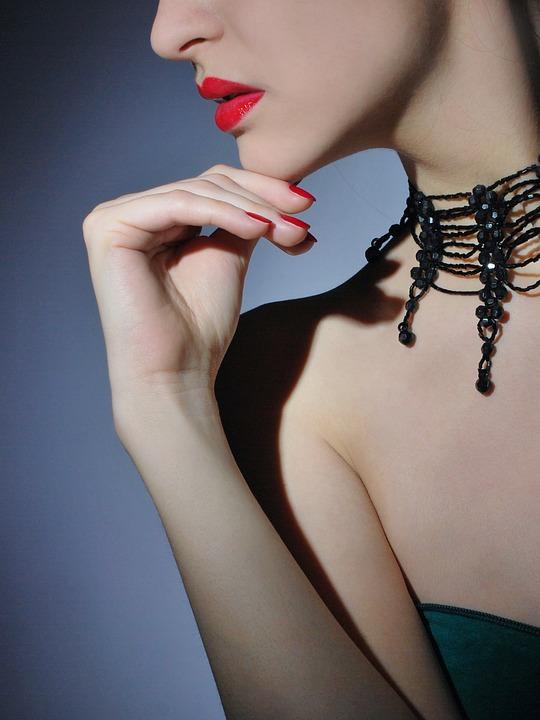 Quels colliers s'associent le mieux à une robe bustier ?
