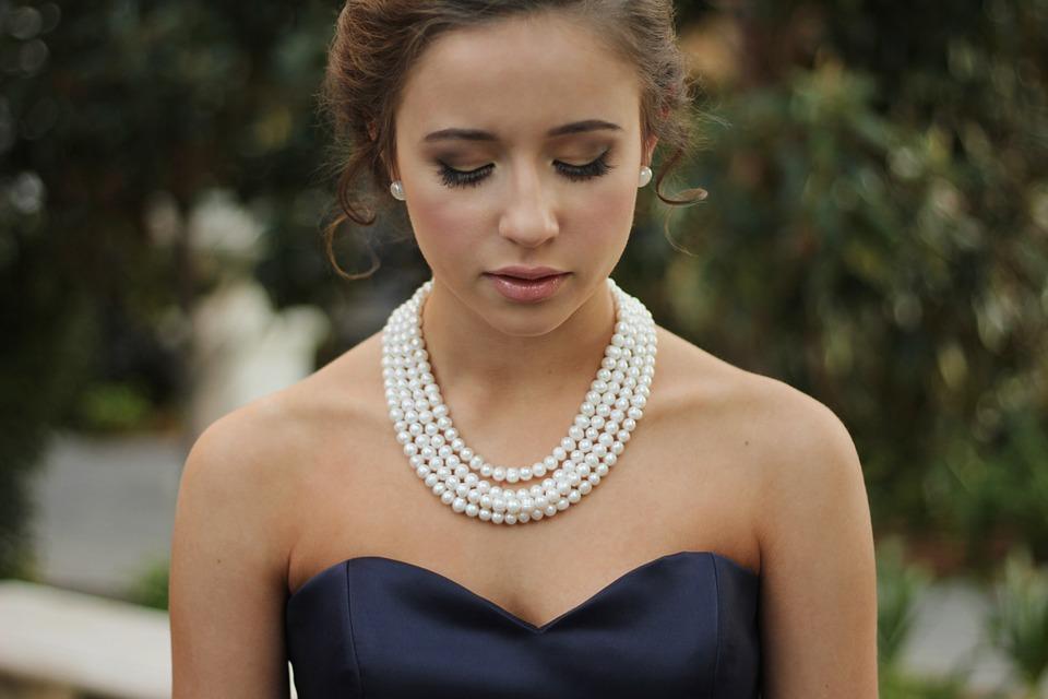 collier de perles avec robe bustier
