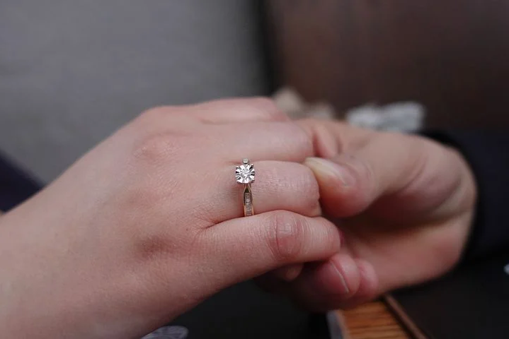 Qui achète les bagues de fiançailles ?